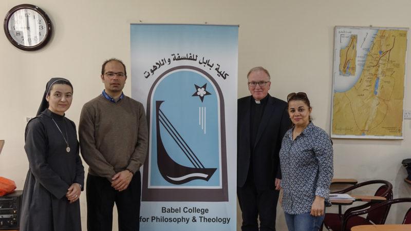 La délégation fribourgeoise au Babel College: Sr Samar directrice adjointe, Michael Curty, étudiant, le prof. Franz Mali et Lusia Shammas (photo Maurice Page)