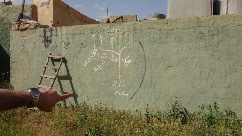 Batnaya, au nord de l'Irak. L'Etat islamique avait installé ses mortiers dans cette cour. Au mur les indications des angles de tir. (photo Maurice Page)