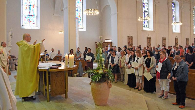 Bénédiction par l'abbé Jean-Jacques Theurillat aux diplômés 2017 de l'IFM ainsi qu'aux futurs étudiants. (Photo: Grégory Roth)