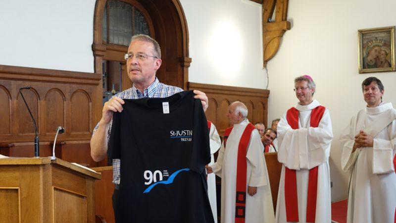 Lorenzo Laini, directeur de la Cité St-Justin de Fribourg, présent le T-shirt du 90e anniversaire de la fondation de l'Oeuvre St-Justin (photo Maurice Page)