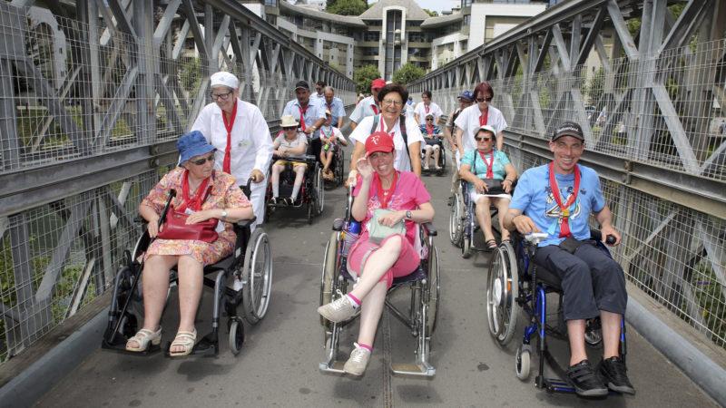 Les hospitaliers, les brancardiers et les malades en route pour la célébration pénitentielle. (Photo: B. Hallet)