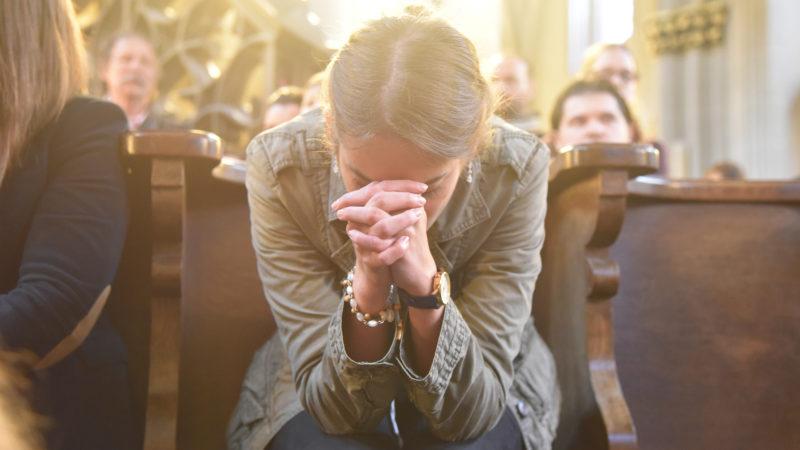 Les femmes sont plus croyantes et prient plus que les hommes. Ici lors de la messe des JMJ de Fribourg en 2015. (Photo: Pierre Pistoletti)