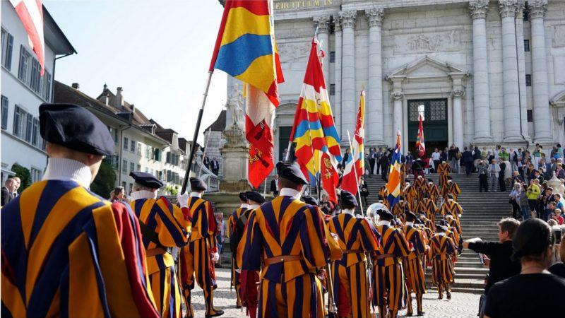 Les Gardes suisses entrent dans la cathédrale de Soleure (photo Vera Rütimann)
