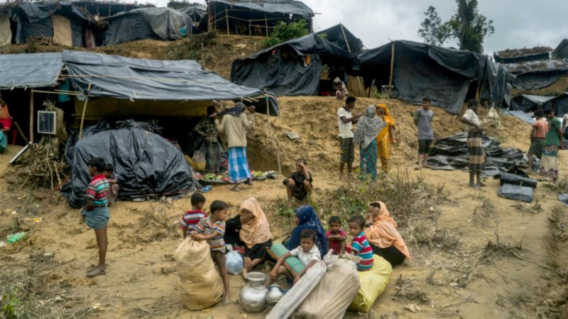 De nombreux réfugiés rohingyas vivent sous les bâches, dans la boue, à Thangkali, au Bangladesh  (Photo:  © HCR  Adam Dean)