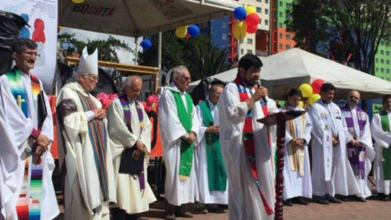 Prélats, prêtres et laïcs engagés membres du groupe 'Mille signatures pour le pardon' le 3 septembre 2017 sur la Plaza del Voto Nacional à Bogota (Photo:  youtube)