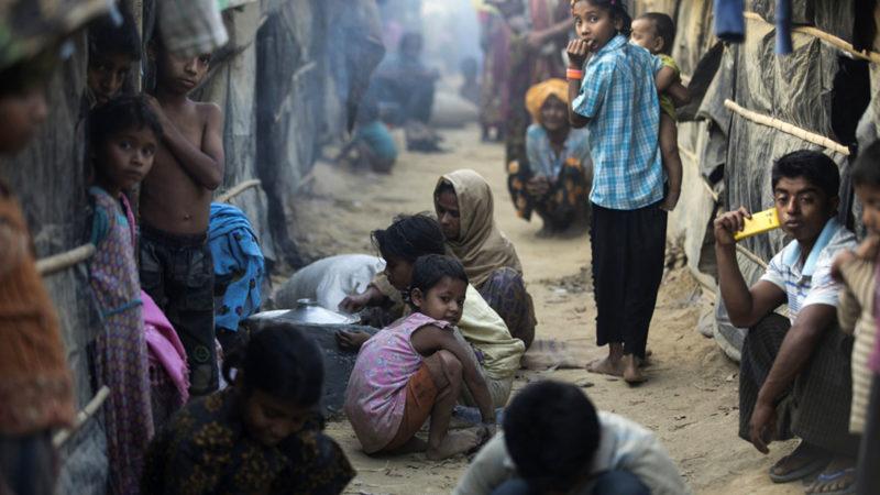 Après avoir fui les violences au Myanmar en octobre 2016, des réfugiés rohingyas ont trouvé refuge dans des sites improvisés surpeuplés à Cox's Bazar, au Bangladesh. (Photo: HCR/S. Huq Omi)
