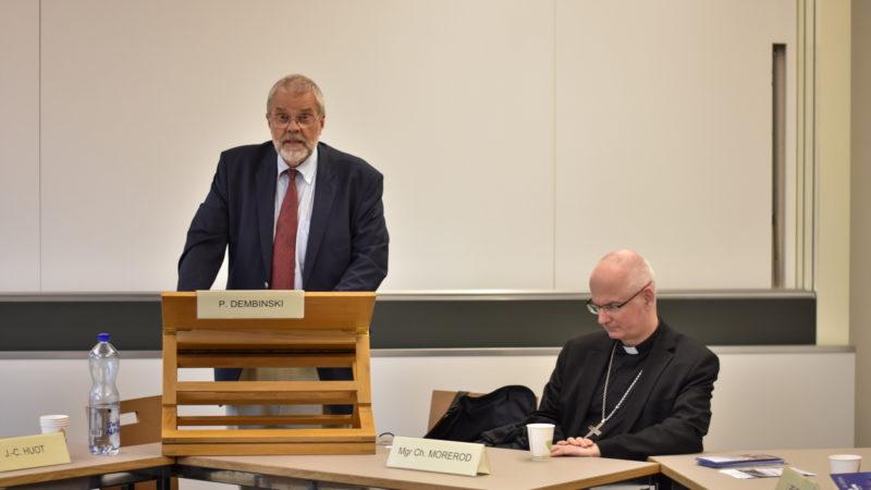 """Le professeur Paul Dembinski (à gauche), président de la plateforme """"Dignité et développement"""" et Mgr Charles Morerod,  évêque de Lausanne,  Genève et Fribourg (Photo: Pierre Pistoletti)"""