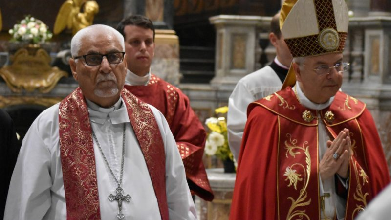 Mgr Yohanna Petros Mouché en compagnie du cardinal Mauro Piacenza, président d'AED-ACN, lors de la célébration pour le retour des chrétiens de la Plaine de Ninive | © Jacques Berset