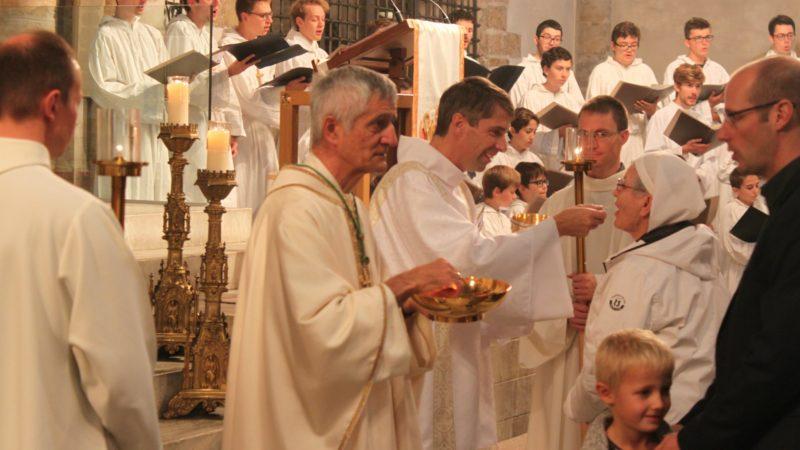 Mgr Jean-Marie Lovey, évêque de Sion, et Philippe Genoud distribuent la communion (Photo:  Bernard Litzler)