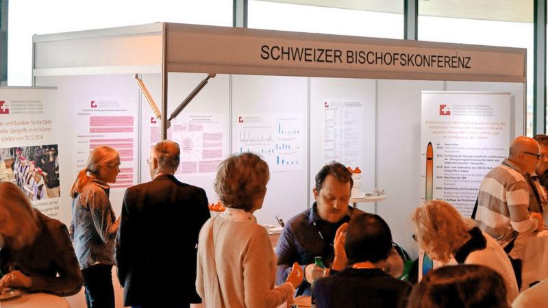 """Le stand des évêques suisses lors de la conférence internationale """"Abuse & Neglect"""" a permis de nombreux contact avec les spécialistes des abus sexuels (Georges Scherrer kath.ch)"""