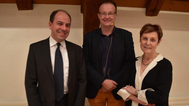 Montassar BenMrad et Martine Brunschwig Graf, entourant Serge Gumy, rédacteur en chef de La Liberté ¦ © Jacques Berset