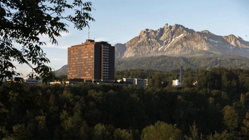 Les aumôniers de l'hôpital de Lucerne ont de plus en plus de difficultés à accéder aux lits des patients. (© Ukoluks/Wikimediacommons)
