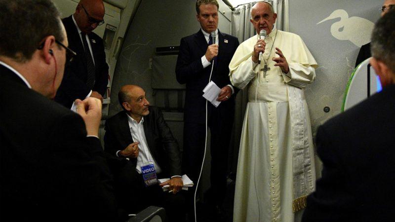 Le pape donne une conférence de presse dans l'avions qui le ramène en Italie | © Keystone/EPA