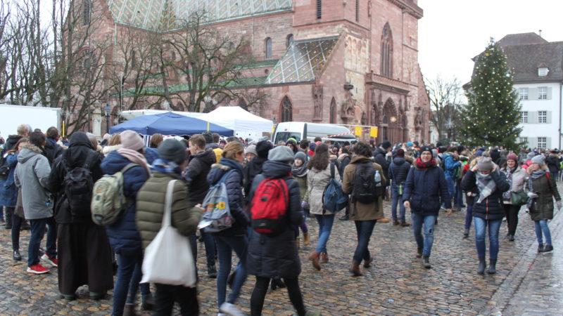 Devant la cathédrale de Bâle, déambulation de groupes de toutes origines, le 30 décembre 2017 ¦ © Bernard Litzler