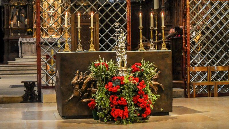 Le bras reliquaire et la rose d'argent de saint Nicolas | © Maurice Page
