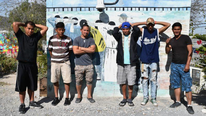 Saltillo Des migrants honduriens miment leur arrestation après avoir franchi illégalement la frontière des Etats-Unis  | © Jacques Berset