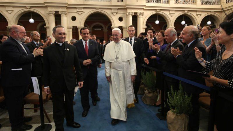 Chili le pape fran ois marie un couple dans l avion qui le m ne iquique - C est interdit dans l avion ...
