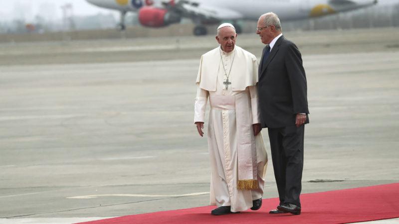 Le pape accueilli par le président péruvien Pedro Pablo Kuczynski à l'aéroport international de Lima | © Keystone