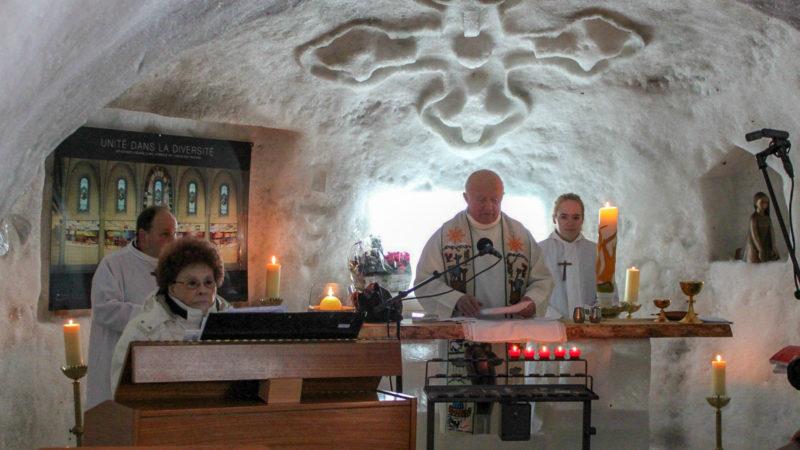 Le chanoine Michel Ambroise Rey préside la messe dans l'igloo de Leysin (VD) en février 2014 ¦© Bernard Litzler