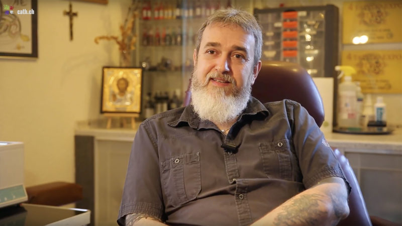 Jean-Pascal Grand, tatoueur à Saint-Maurice (VS)témoigne de sa foi. | © B. Hallet