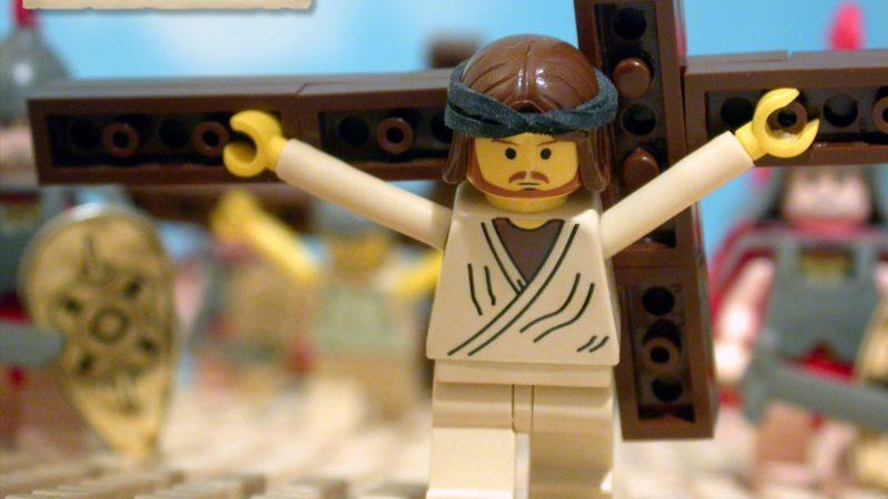 'La Bible en 1001 briques' LEGO Jésus porte sa croix |  © Brendan Powell Smith