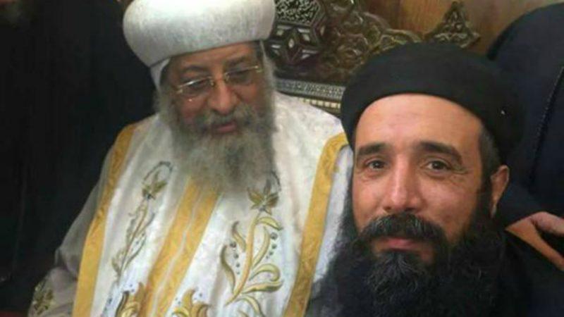 Le Père Samaan Shehata aux côtés du patriarche copte orthodoxe Tawadros | © DR