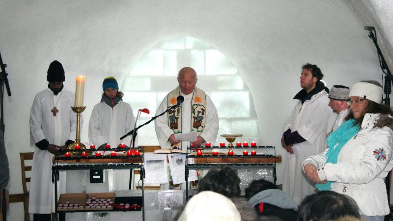 Le chanoine Michel-Ambroise Rey, curé de Leysin célèbre la messe à la chapelle de glace en 2018 | © Bernard Litzler.
