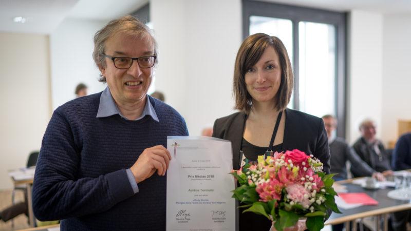 Maurice Page a remis à Aurélie Toninato (Tribune de Genève) le prix média jeunes journaliste (Photo: Pierre Pistoletti)
