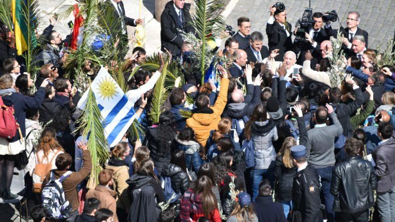 Le pape François est littéralement happé par les participants du  pré-synode des jeunes    © Jacques Berset