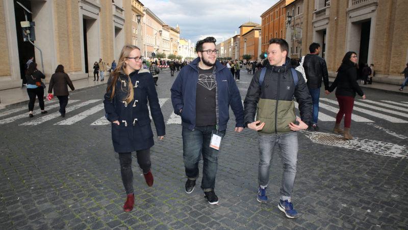 Medea Sarbach, Sandro Bucher et Jonas Feldmann à Rome pour le pré-synode des jeunes. | © B. Hallet