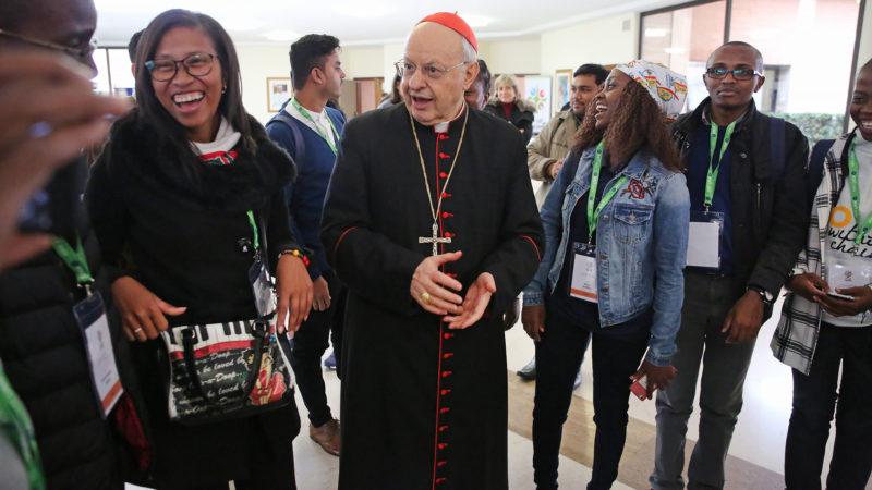 Mgr Lorenzo Baldisseri au milieu de jeunes Africains participant au pré-synode des jeunes en mars 2018, à Rome. | © B. Hallet