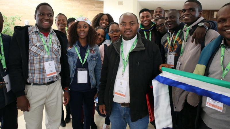 L'abbé Léonard Munynagaju, responsable de la pastorale des jeunes du Rwanda au milieu de participants au pré-synode des jeunes. | © B. Hallet