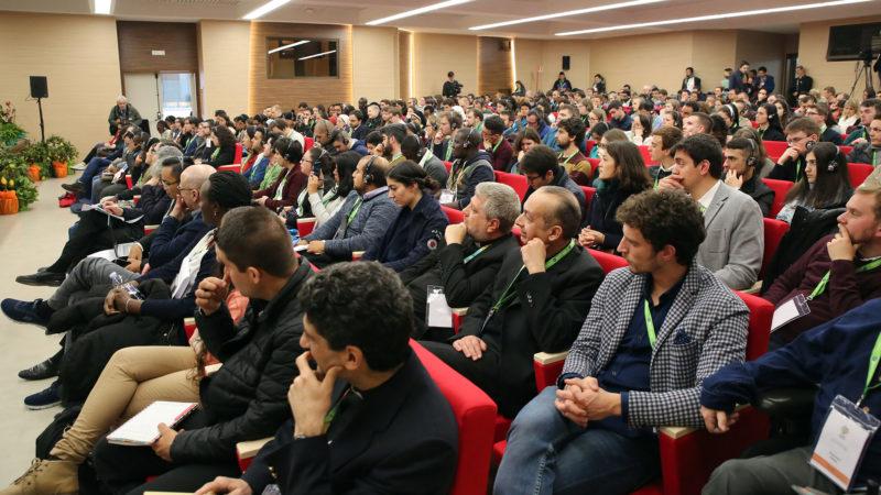 Rome le 19 mars 2018. Réunion pré-synodale des jeunes. Première réunion en plenum, début des travaux. | © B. Hallet