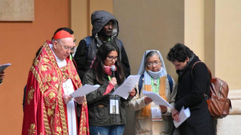 Le cardinal Kevin Farrell, péfet du dicastère pour les laïcs, la famille et la vie, présidant la prière du Chemin de croix des jeunes à Saint-Jean de Latran | © Jacques Berset