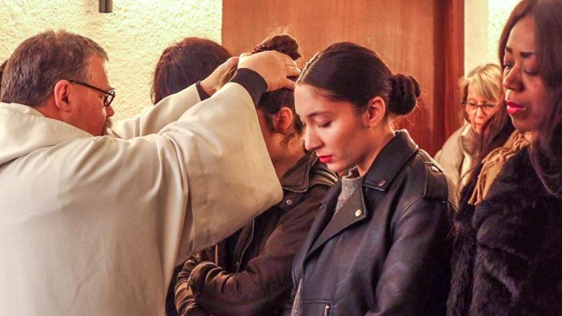 Le prêtre impose les mains aux futures baptisées | © Maurice Page