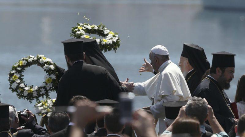 Le pape rend hommage aux milliers de réfugiés morts en mer, à Lesbos | ©AP Photo/Petros Giannakouris/Keystone
