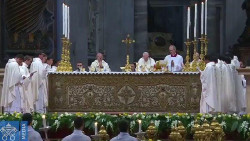 Le pape célèbre la messe entouré des seize nouveaux prêtres | capture d'écran CTV