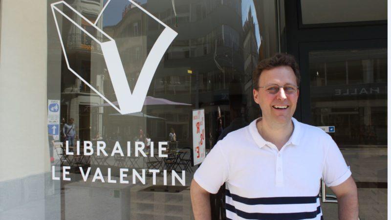 Denis Ramelet devant «sa» librairie: l'enthousiasme d'un projet nouveau ¦ © Bernard Litzler