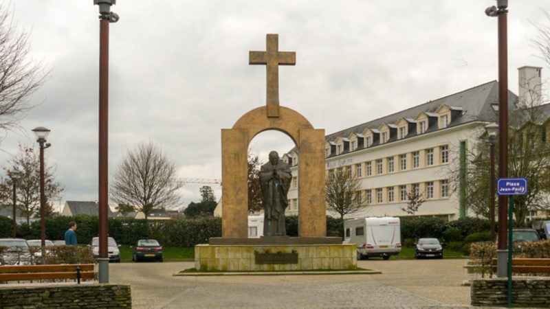 "La statue de Jean Paul II à Ploërmel sera déplacée | © Titem/Flickr/<a href=""https://creativecommons.org/licenses/by-nc-nd/2.0/legalcode"" target=""_blank"">CC BY-NC-ND 2.0</a>)"