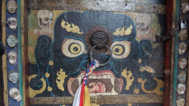 """Divinité courroucée sur la porte d'un temple, au Tibet (Photo:So_P/Flickr/<a href=""""https://creativecommons.org/licenses/by/2.0/legalcode"""" target=""""_blank"""">CC BY 2.0</a>)"""