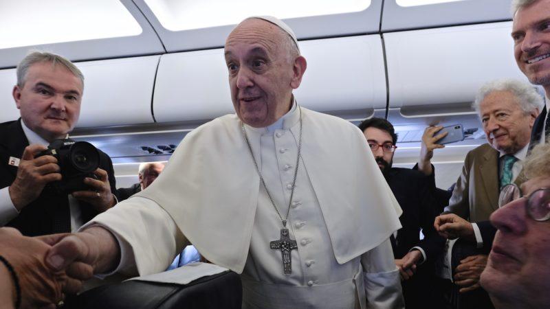Le pape François salue les journalistes dans l'avion | © Oliver Sittel