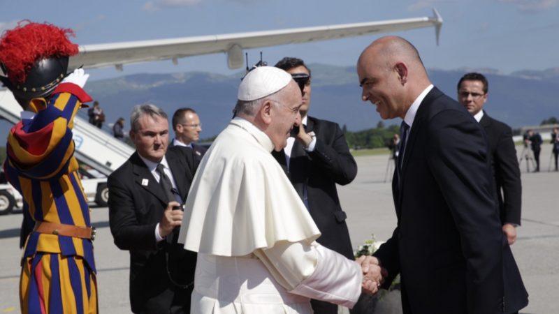 Le président de la Confédération Alain Berset salue le pape François | © Confédération suisse