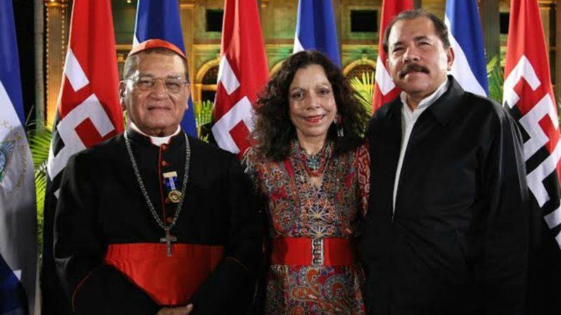 Le cardinal Miguel Obando Bravo, avec Daniel Ortega et son épouse Rosario Murillo,   vice-présidente du Nicaragua  | © el19digital.com