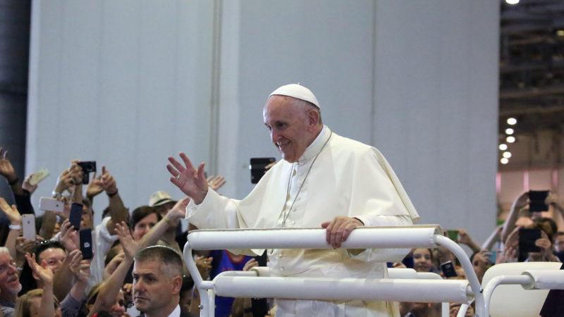Le pape François salue les fidèles  | © Bernard Hallet.
