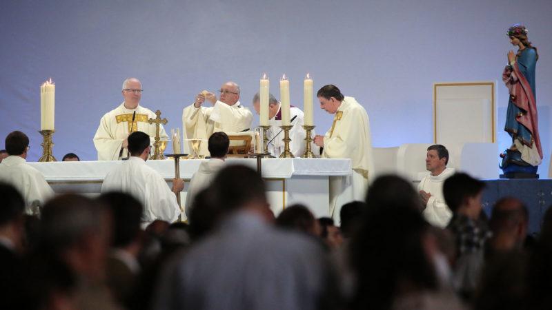 Le pape, entouré de Mgr Morerod (g.) et du cardinal suisse Kurt Koch| © Bernard Hallet