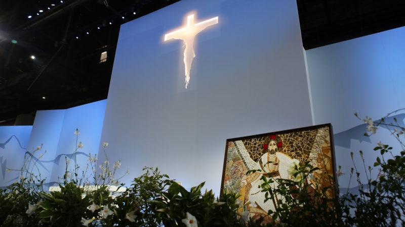 Le crucifix de la messe du pape à Palexpo. La mosaïque au premier plan sera bénie par le pape. |  © Bernard Hallet