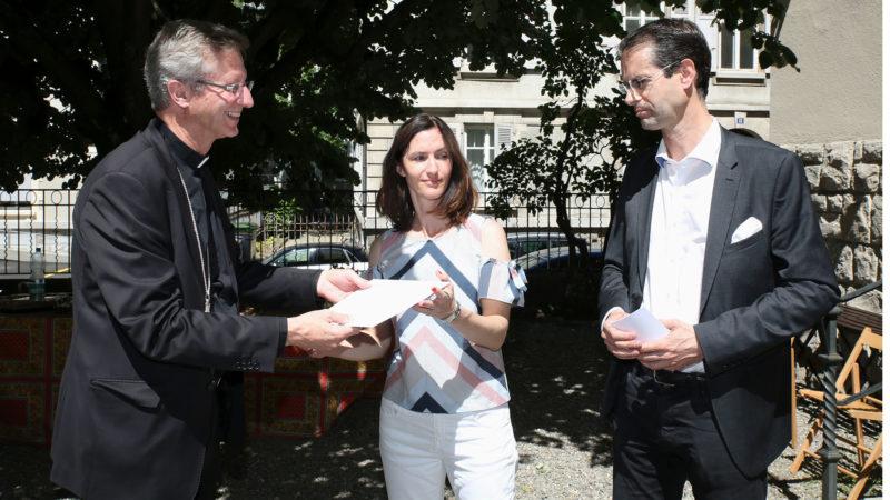 Lausanne le 26 juin 2018. Mgr Alain de Raemy remet le prix Good News à Aline Bachofner et Emmanuel Tagnard. | © B. Hallet