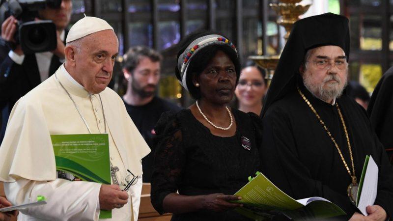 Le pape François entre au Conseil oecuménique des Eglilses avec la présidente du Comité central du COE, la Kényane Agnes Abuom et le vice-président, le métropolite Gennadios de Sassima | © Keystone