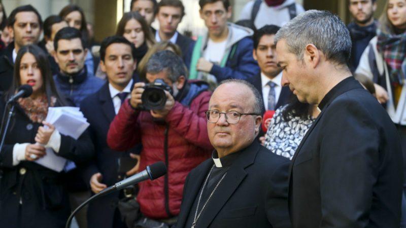 Mgr Charles Scicluna (g.) et Jordi Bertomeu ont enquêté sur les abus sexuels au Chili | © AP /Esteban Felix/Keystone