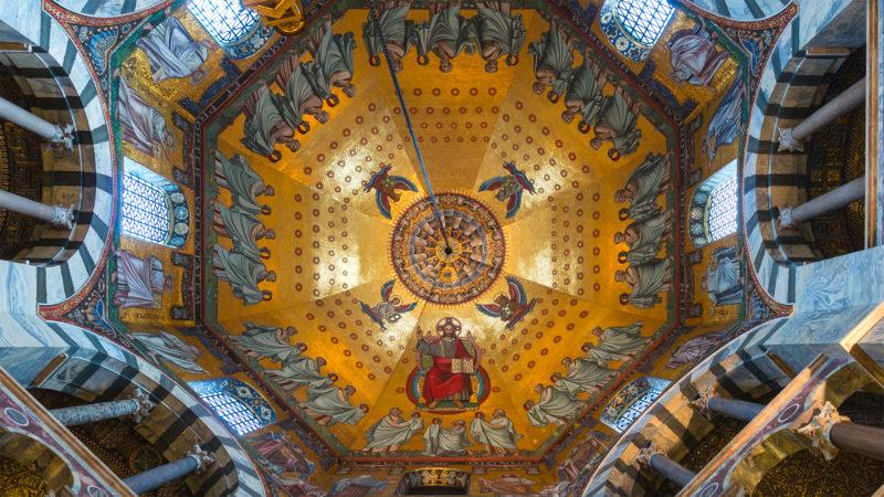 Vue des mosaïques du plafond octogonal principal de la cathédrale, Aix-la-Chapelle, Allemagne |©Wikimedia commons